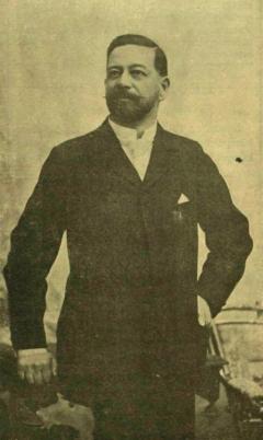 Uzoni gróf Béldy Ákos, az EMKE új elnöke, régi fényes múltú székely család ivadéka. Õsapái a nemzet történelmében jelentõs szerepet vittek. Hunyadi János alatt ott harczoltak a Vaskapunál, s a harcz mezején ép úgy, mint a békés munka terén el nem évülõ érdemeket szereztek. Gróf Béldy Ákos 1846 deczember 19-én született. Atyja, Ferencz, ki Erdély társadalmában általános népszerûségnek örvendett, a leggondosabb nevelésben részesítette gyermekeit de korán elhalván, a családfõi gondokat fiára, Ákosra hagyta, ki jogi tanulmányai végeztével haza tért és nagy buzgalommal dolgozott azon, hogy birtokait mintagazdaságokká tegye. A közügyek terén mint megyei bizottsági tag vonta magára a komoly gondolkozásúak figyelmét, kik csakhamar fölismerték benne a lelkiismeretes, megfontoltan cselekvõ férfit, így történt, hogy tekintélye gyorsan emelkedett, úgy, hogy mikor báró Jósika Sámuel, most a király oldala melletti miniszter, Kolozsmegye és Kolozsvár város fõispáni állásáról lemondott, a kormány a közóhajtásnak tett eleget azzal, hogy e kettõs fõispáni méltóságra gróf Béldy Ákost nevezte ki. Csaknem tiz éve annak, hogy Béldy gróf a két törvényhatóság élén áll s ez alatt rokonszenves egyénisége, páratlan, igazságos eljárása nagy népszerûséget biztosítottak számára. Gróf Béldy Ákos a fõrendiháznak is örökös tagja, hol minden fontosabb ügy tárgyalásában részt vesz azzal a szabadelvû fölfogással, mely õt minden közéleti tevékenységében jellemzi. Két évig intendánsa volt a kolozsvári nemzeti színháznak, mely az õ kormányzásának rövid idejét szebb napjai közé számítja. (Forrás: Vasárnapi Ujság, 1897. november 21.)