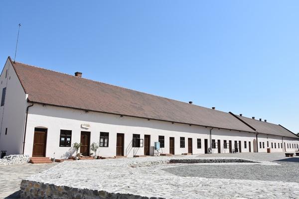 A középkori bástya helye, háttérben felújított melléképület