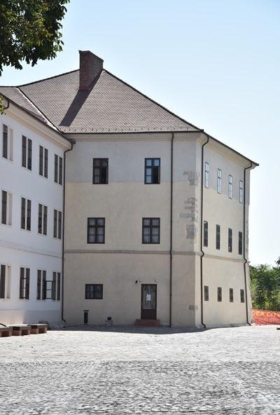 A vár belső épületei követik a várfalakat és bástyákat.